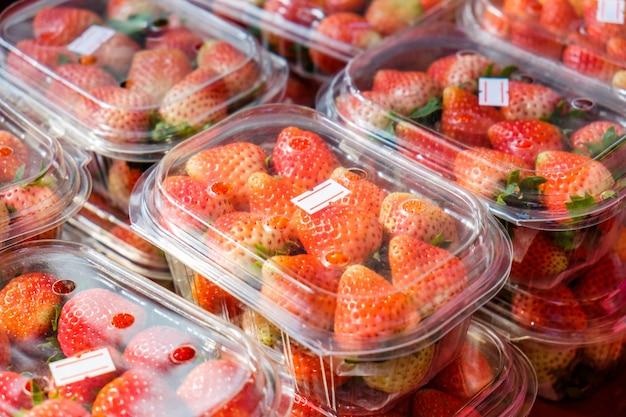 플라스틱 상자에 포장된 익은 딸기