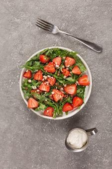 Arugula와 견과류와 딸기 샐러드. 건강한 음식.