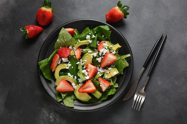 Клубничный салат со шпинатом и сыром фета