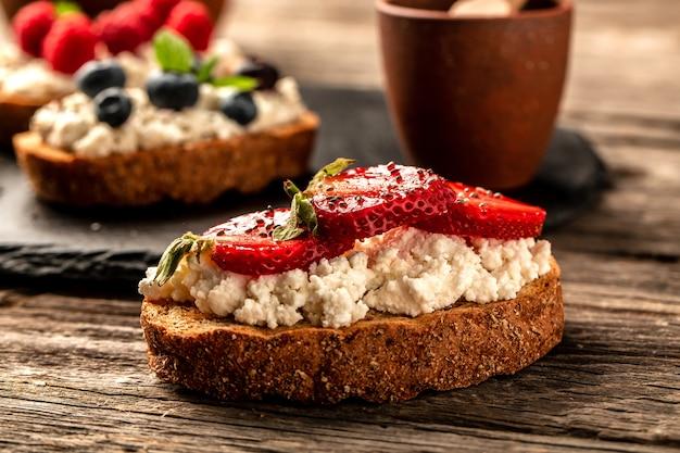 クリームチーズとイチゴのサンドイッチ、おいしい朝食や軽食。食品レシピの背景。閉じる