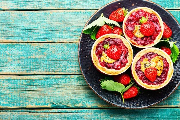 접시에 딸기 쇼트 케이크 파이. 신선한 딸기와 맛있는 타르트. 달콤한 디저트. 복사 공간