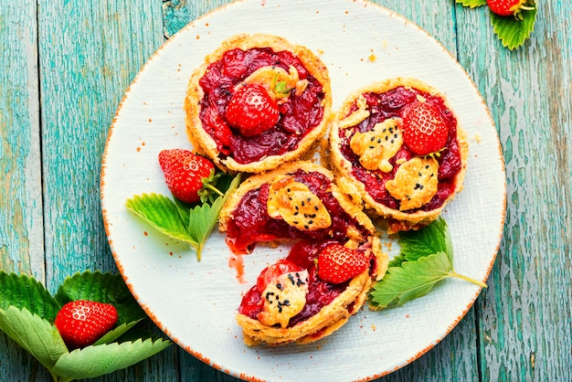 접시에 딸기 쇼트 케이크 파이. 신선한 딸기와 함께 맛있는 tartlets. 달콤한 디저트