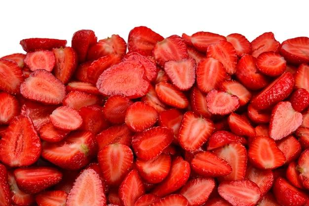 Дольки клубники. макрос свежих ягод. фруктовый фон. вид сверху.