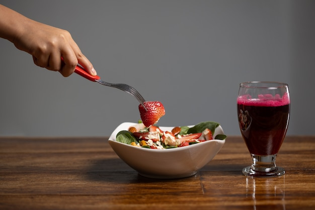 Strawberry and spinach salad with beet juice