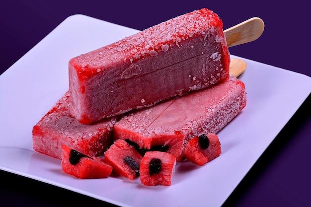 Клубничное мороженое, вкусный десерт, сладкое эскимо