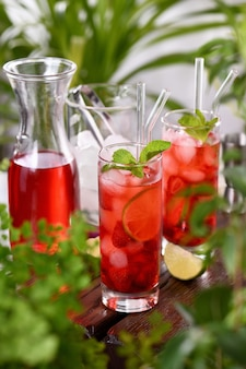 ストロベリーサマーカクテルまたはレモネード。グラスに熟したベリーを入れたさわやかなオーガニックソフトドリンク