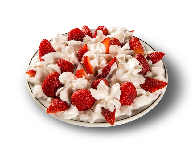 접시에 샹 티이 크림과 딸기