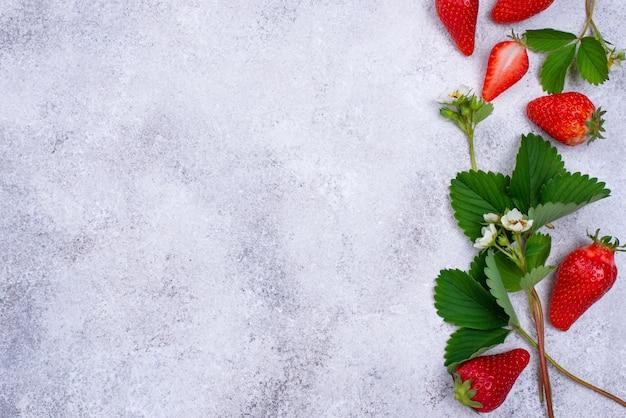 葉と花とイチゴ