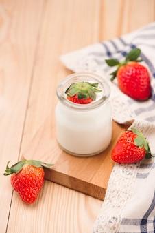 딸기요거트. 테이블에 딸기와 요구르트 아침 식사와 함께 건강에 좋은 음식.