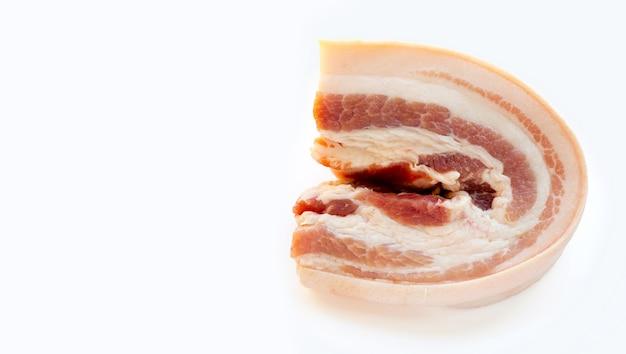 흰색 배경에 줄무늬 돼지고기입니다.