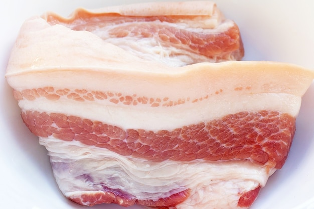 흰 그릇에 줄무늬 돼지고기
