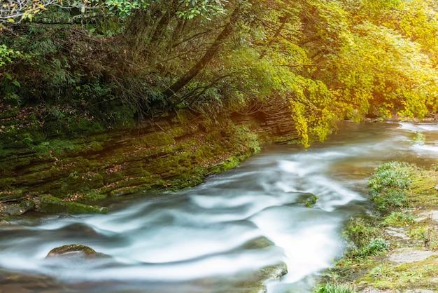 Поток, протекающий через скалы