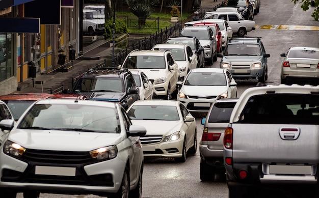 도시 거리에서 러시아워에 자동차의 스트림입니다. 교통 체증과 도시 배경