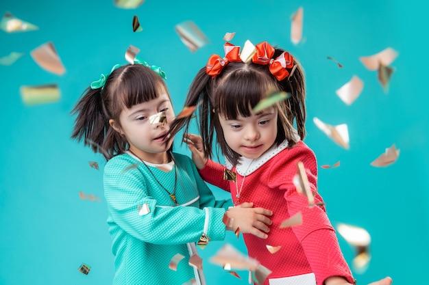 紙吹雪の流れ。紙が部屋中に落ちている間、好奇心旺盛な小さな女性が一緒に動いています