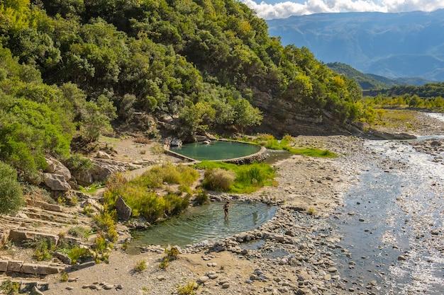 Поток горячей серной воды в термальных ваннах permet albania