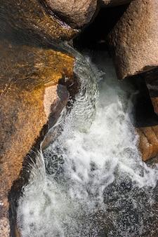 Поток воды падает на камни