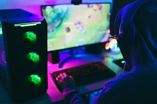 戦略ゲームをオンラインでプレイするストリーマーゲーマー-ヘッドフォンに焦点を当てる