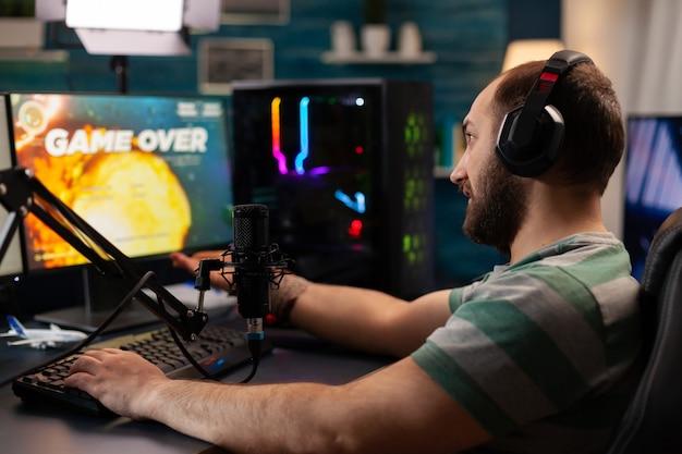 仮想ビデオゲームの競争に負けるストリーマーは、ストリーミングチャットを開いた状態でプロのセットアップを使用します。テクノロジーネットワークワイヤレスを使用したゲームトーナメント中のオンラインサイバーパフォーマンス