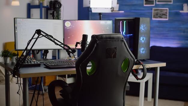 네온 불빛이있는 빈 게임 홈 스튜디오에서 스트리밍 전문 마이크