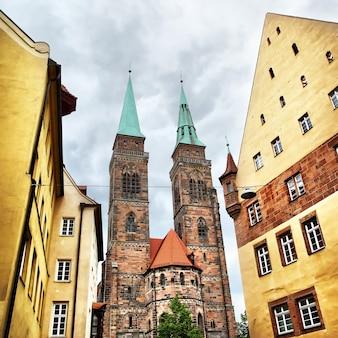 Улица и церковь святого себальда в нюрнберге, германия