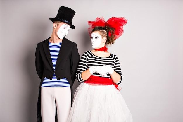 Выступают уличные артисты, два мима, мужчина и женщина в день дураков.