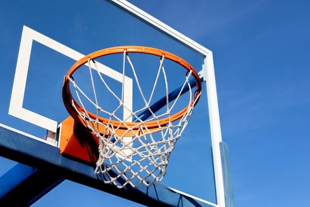 백그라운드에서 하늘 길거리 농구 후프.