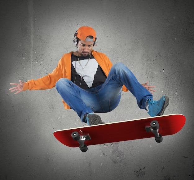彼のスケートでスタントをしている通りの少年