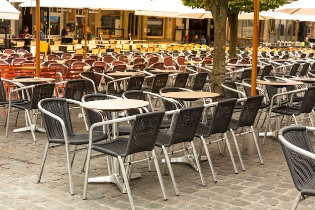 ストリートカフェと古代の建物のファサード、ヨーロッパ