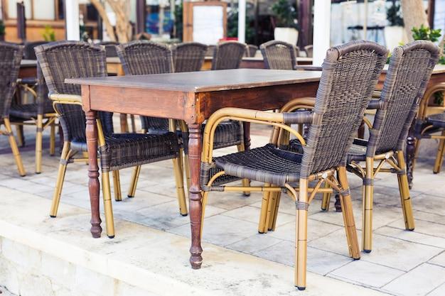 Уличное кафе. уютное летнее кафе в европе
