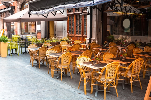 旧ヨーロッパの小さな観光地のストリートカフェ