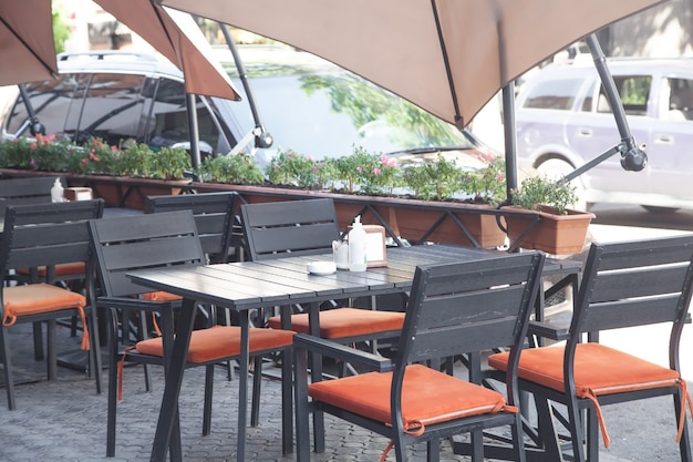 시내 중심가에있는 거리 카페.