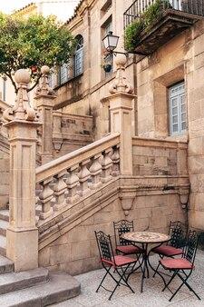 バルセロナのスペインの村のストリートカフェ