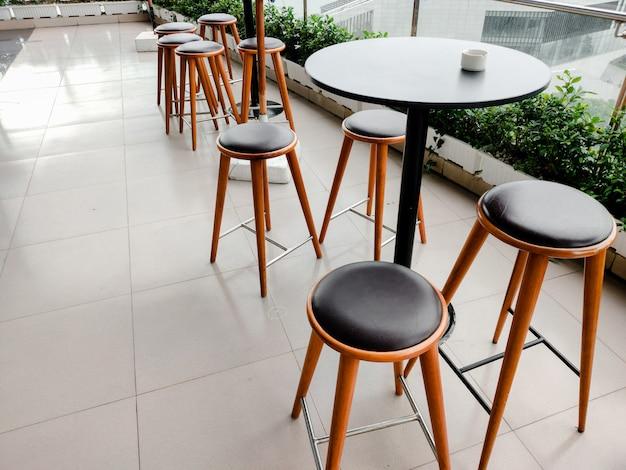 Уличные кафе стол и стулья в европейском стиле. верхний горизонтальный взгляд есть снаружи и отнимает концепцию.