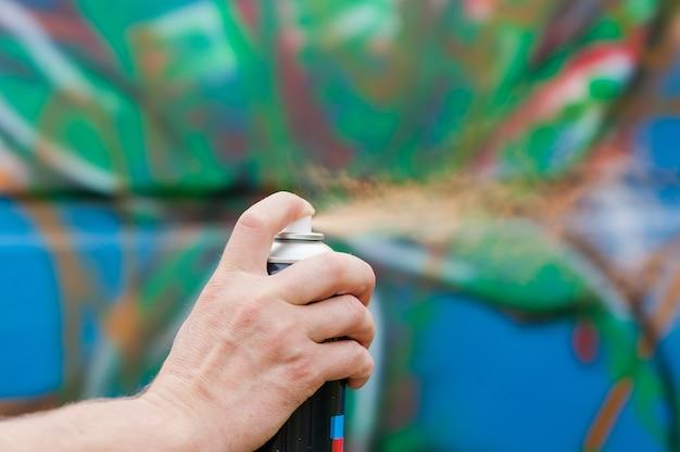 야외에서 다채로운 벽 낙서를 만드는 거리 도시 예술