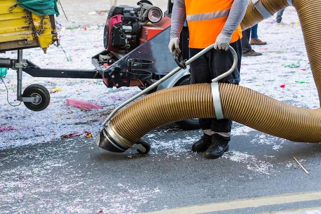 Уборщик улиц с промышленным пылесосом. коммунальная уборка, чистые улицы.