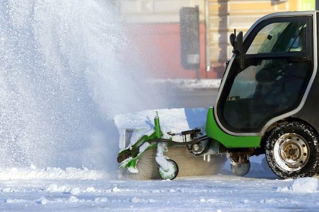 特別な機械の助けを借りて雪から街をきれいにする通り