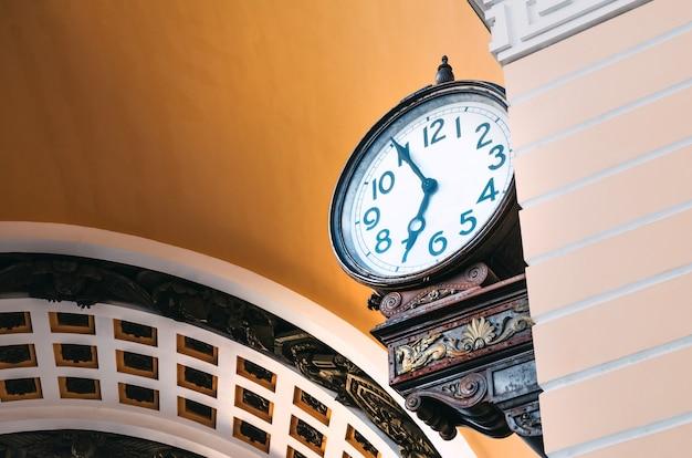 Уличные часы в санкт-петербурге, арка дворцовой площади.