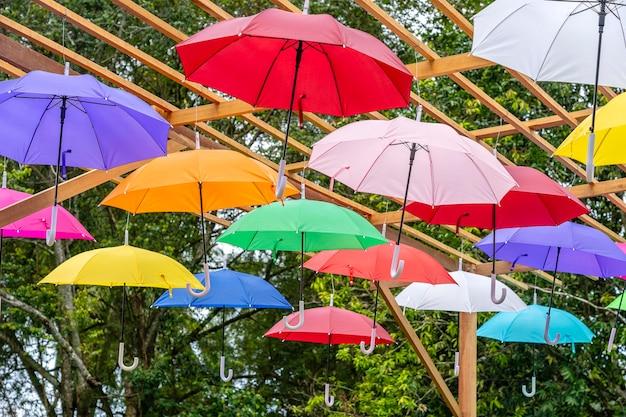 色付きの傘で飾られた通り、パンガン島、タイ。カラフルな傘を屋外に吊るす