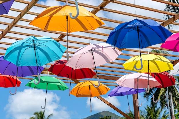 색색의 우산으로 장식된 거리, 태국 코팡안 섬. 야외에 화려한 우산을 걸고