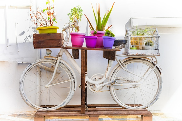 古いレトロな自転車と花で通りの装飾