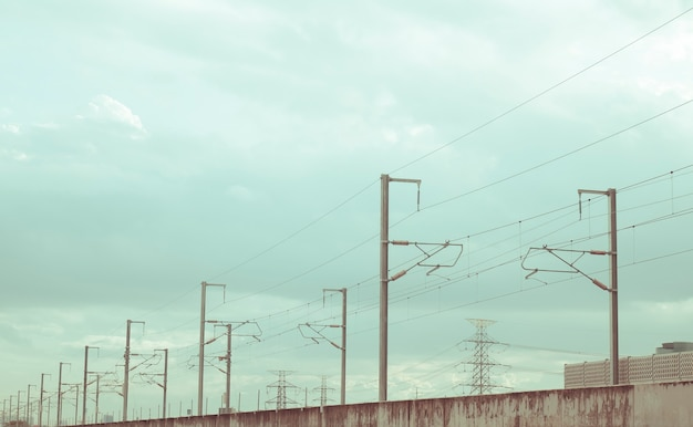 背景に美しい青い空と道路に並んでいる通りの電柱