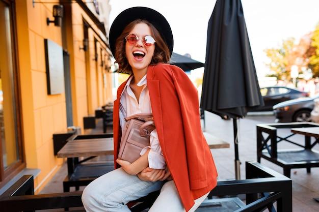 ストリートファッションルック。屋外ポーズトレンディな秋の服装で驚くほどスタイリッシュな旅行の女の子