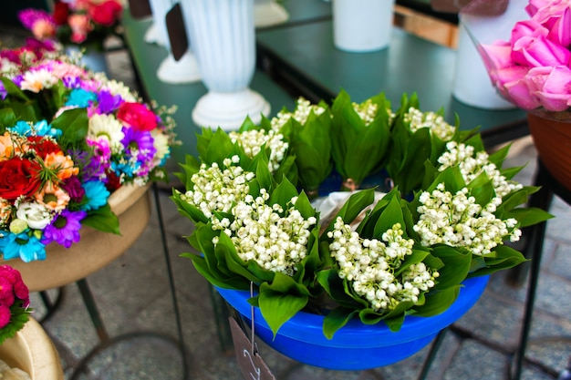 Уличный цветочный магазин. цветы в вазах на улице.