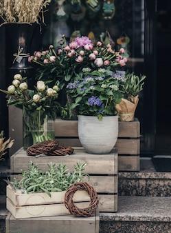 市内の通りの花屋