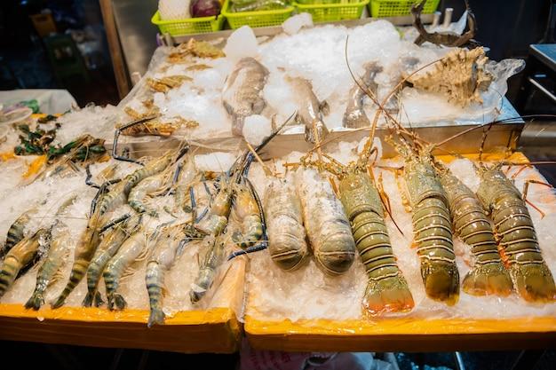 バンコクのチャイナタウンのヤワラー通りで屋台の食べ物を食べて、おいしい屋台の食べ物を試食してください。シーフードがあります、