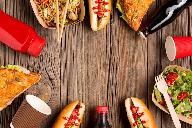 木製の背景に屋台の食べ物フレーム