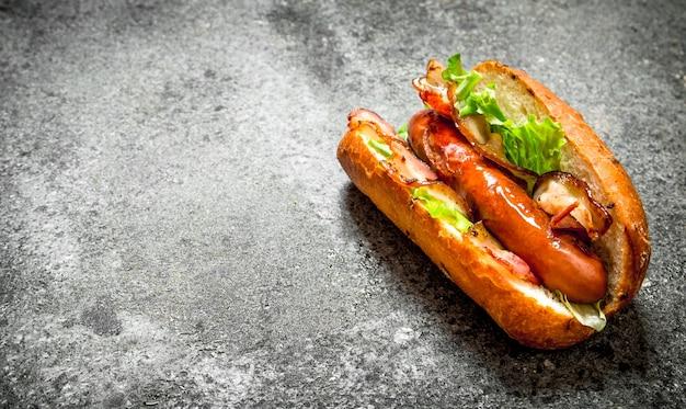 길거리 음식. 시골 풍 테이블에 신선한 롤빵에 채소와 핫도그 쇠고기.
