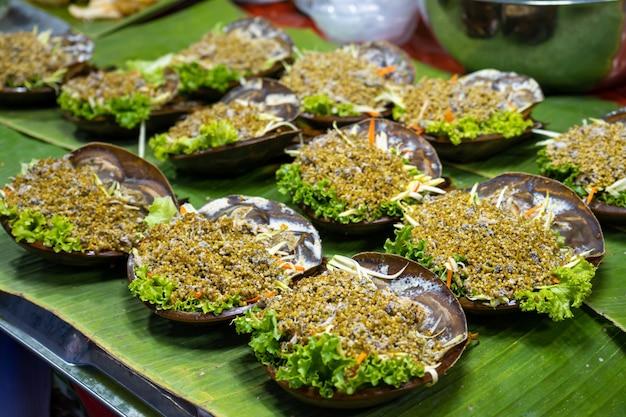 아시아의 길거리 음식 시장. 특이한 샐러드가 있는 카운터