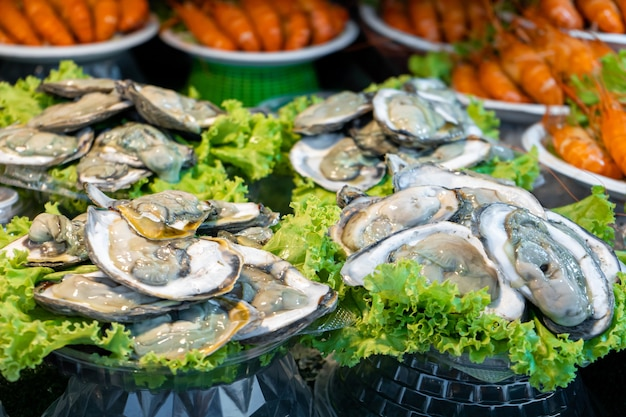 아시아의 길거리 음식 시장. 야외 생선 카운터의 신선한 굴