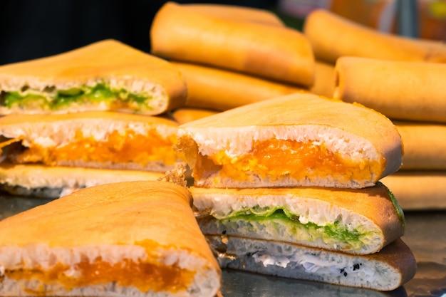Рынок уличной еды в азии. бутерброды с разными начинками на прилавке